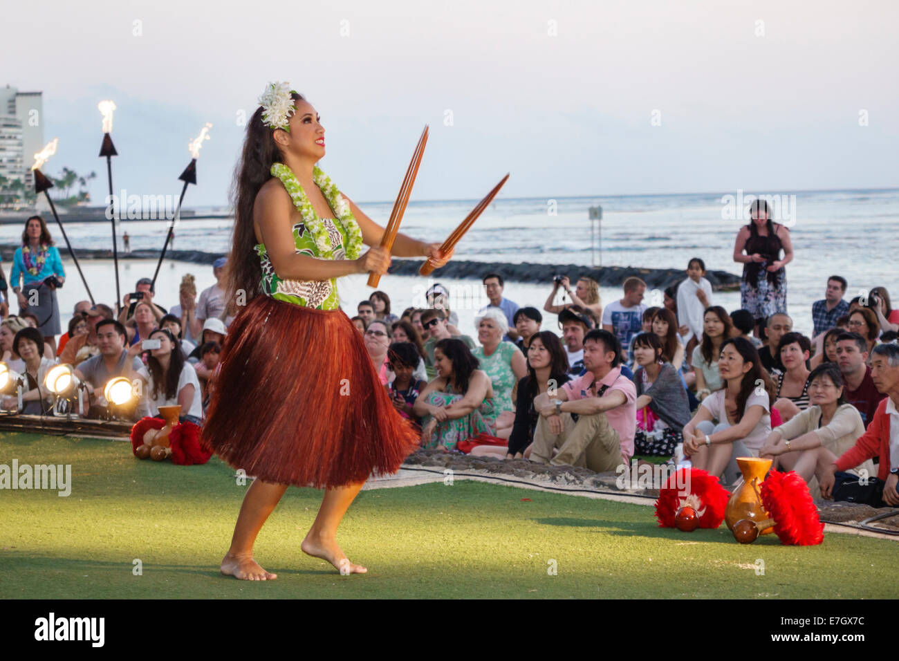 Hawaii Hawaiian Honolulu Waikiki Beach Kuhio Beach Park Hyatt Regency Hula Show woman dancing dancer dance audience - Stock Image