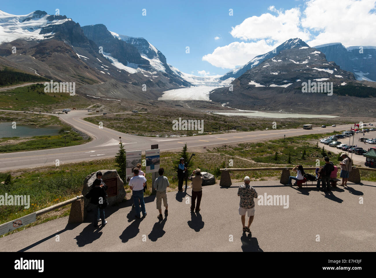 Elk203-7363 Canada, Alberta, Jasper National Park, Columbia Icefield, Visitor Center, view and visitors - Stock Image