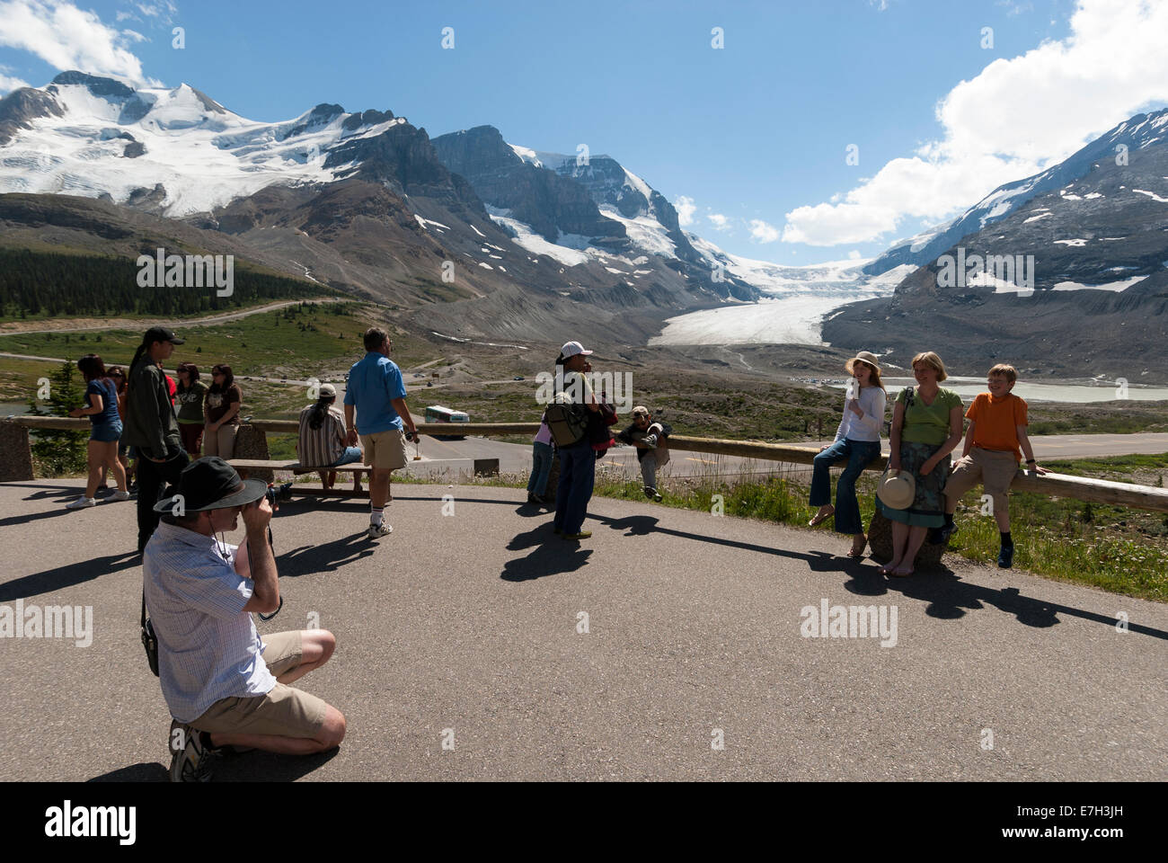 Elk203-7364 Canada, Alberta, Jasper National Park, Columbia Icefield, Visitor Center, view and visitors - Stock Image