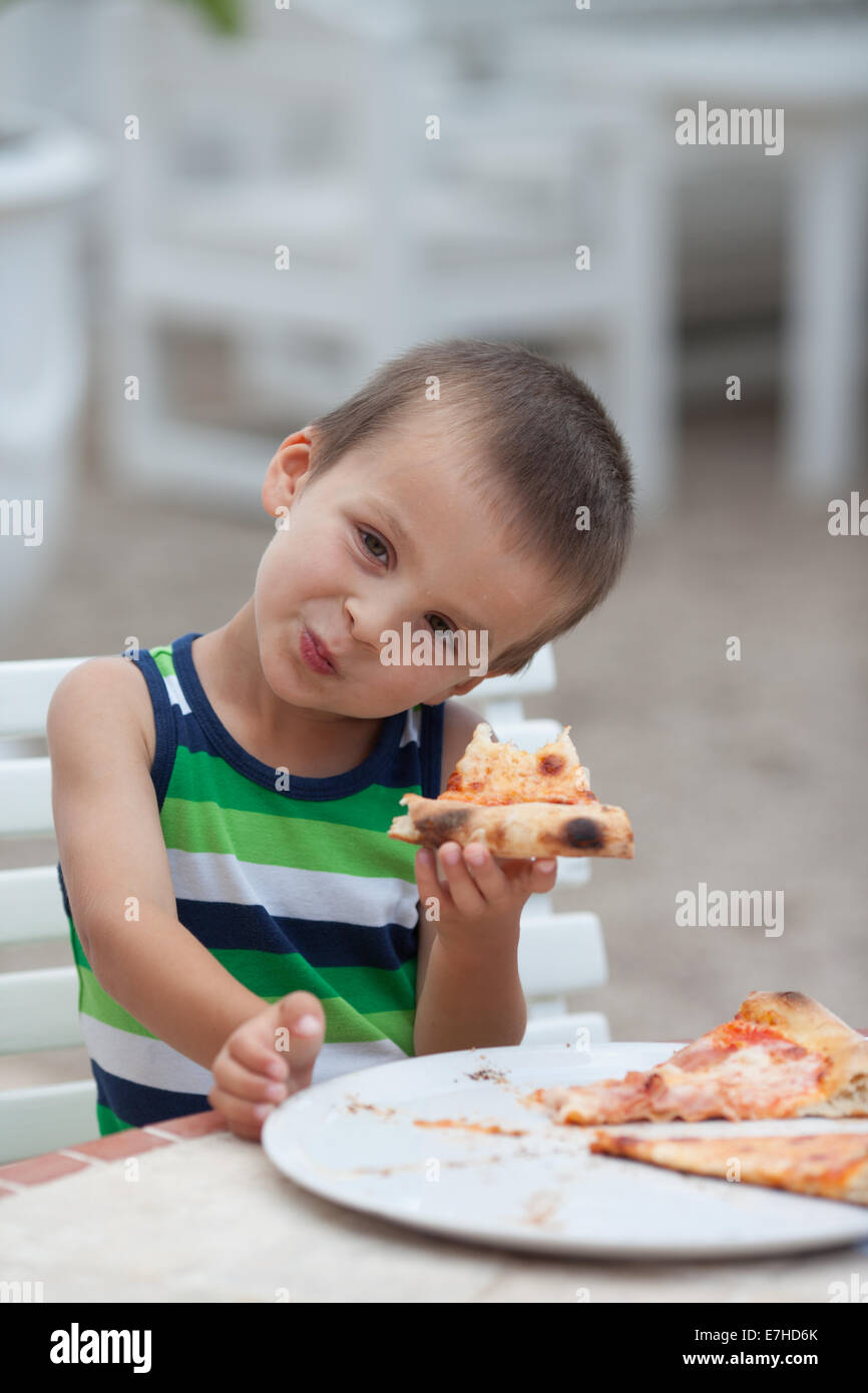 kid eating pizza - HD 866×1390