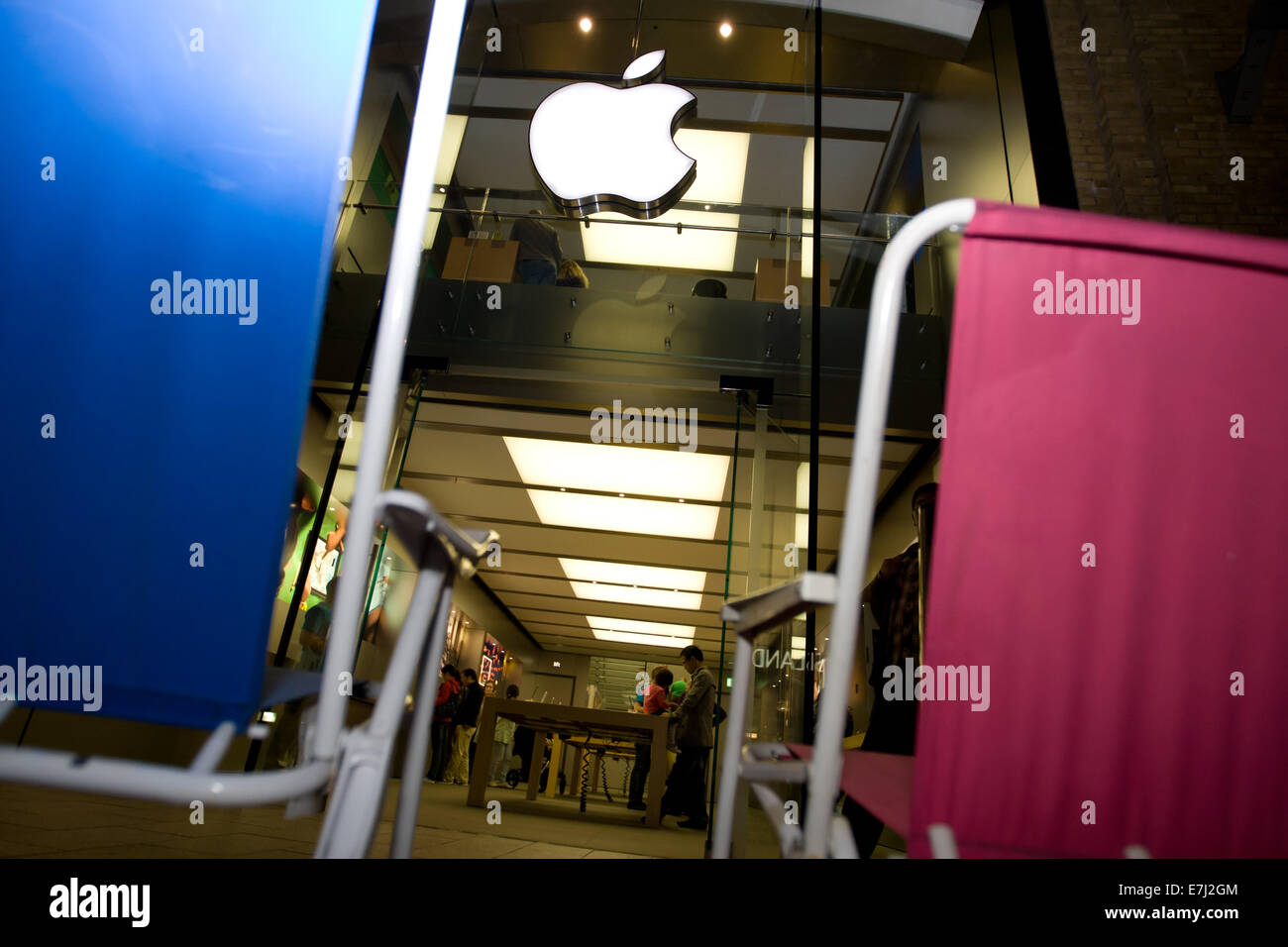 Blefast, Northern Ireland. 18th September, 2014.  A blue and a pink chair outside the Apple shop in Belfast. People - Stock Image