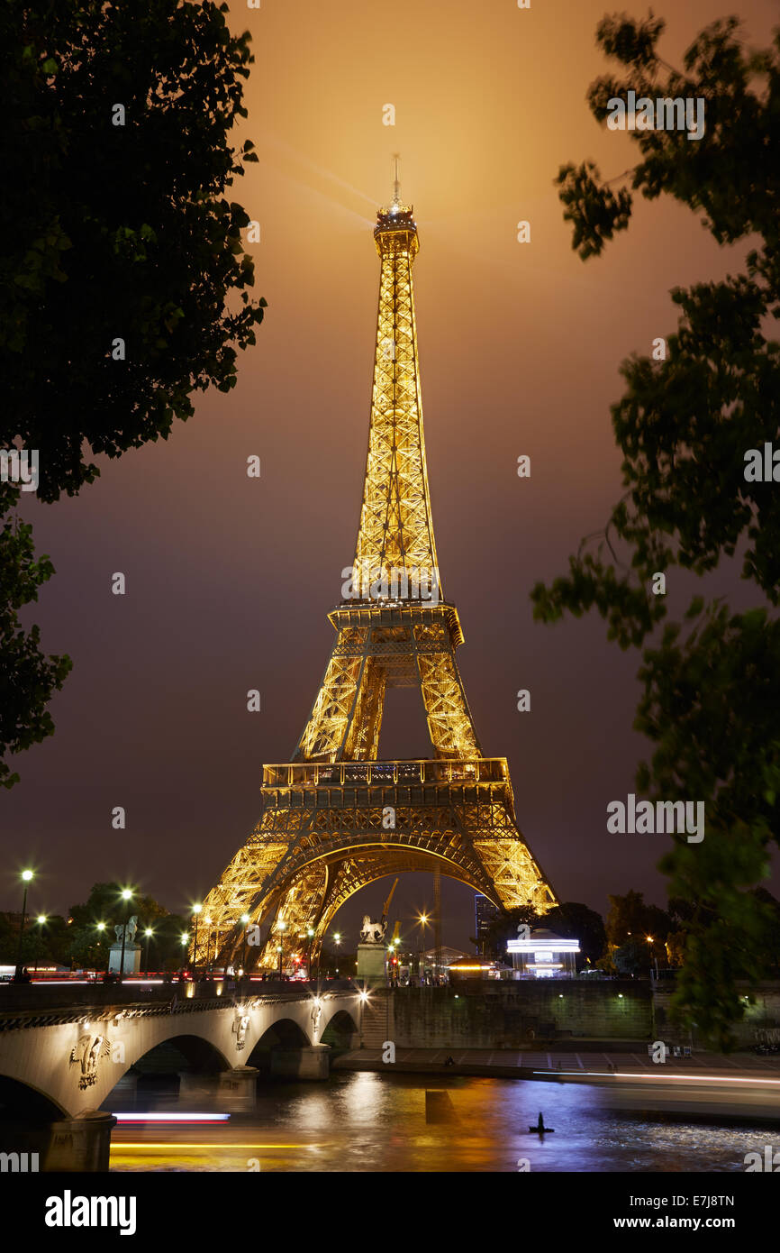 Eiffel tower in Paris at night - Stock Image