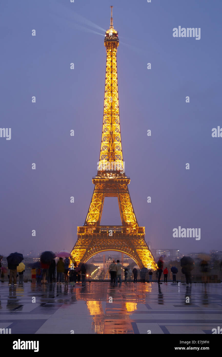 Eiffel tower in Paris with tourists at dusk - Stock Image