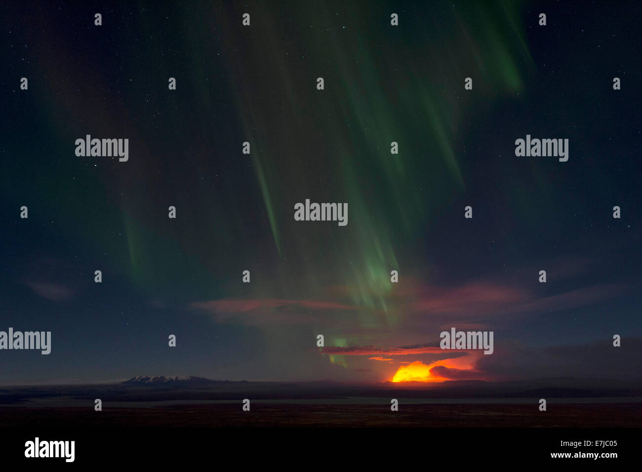 Northern lights and night-time glow of the Holuhraun fissure eruption north of the volcano Bárðarbunga - Stock Image