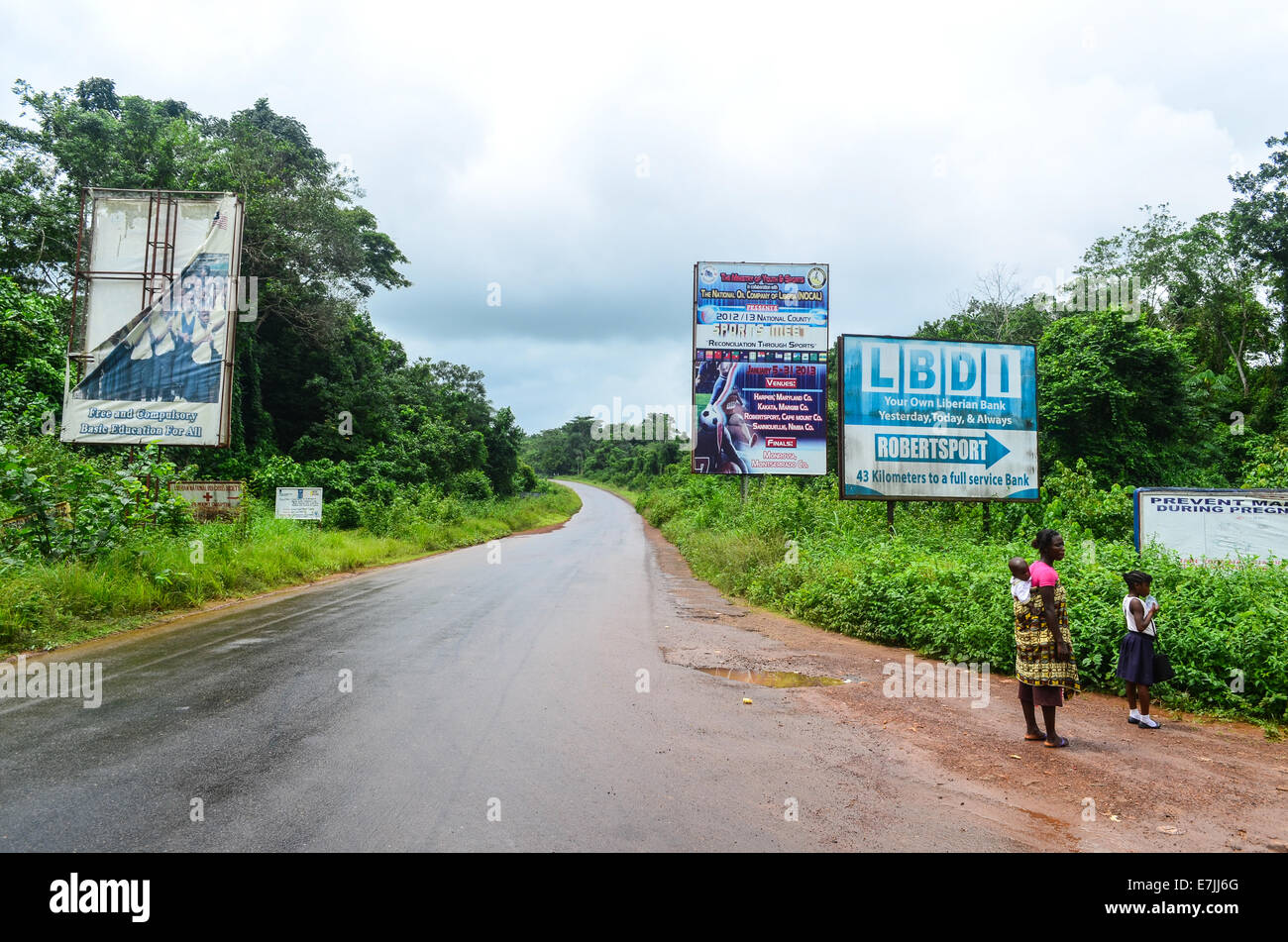 Junction between two main roads in Liberia, to Monrovia (straight) or Robertsport (right) - Stock Image