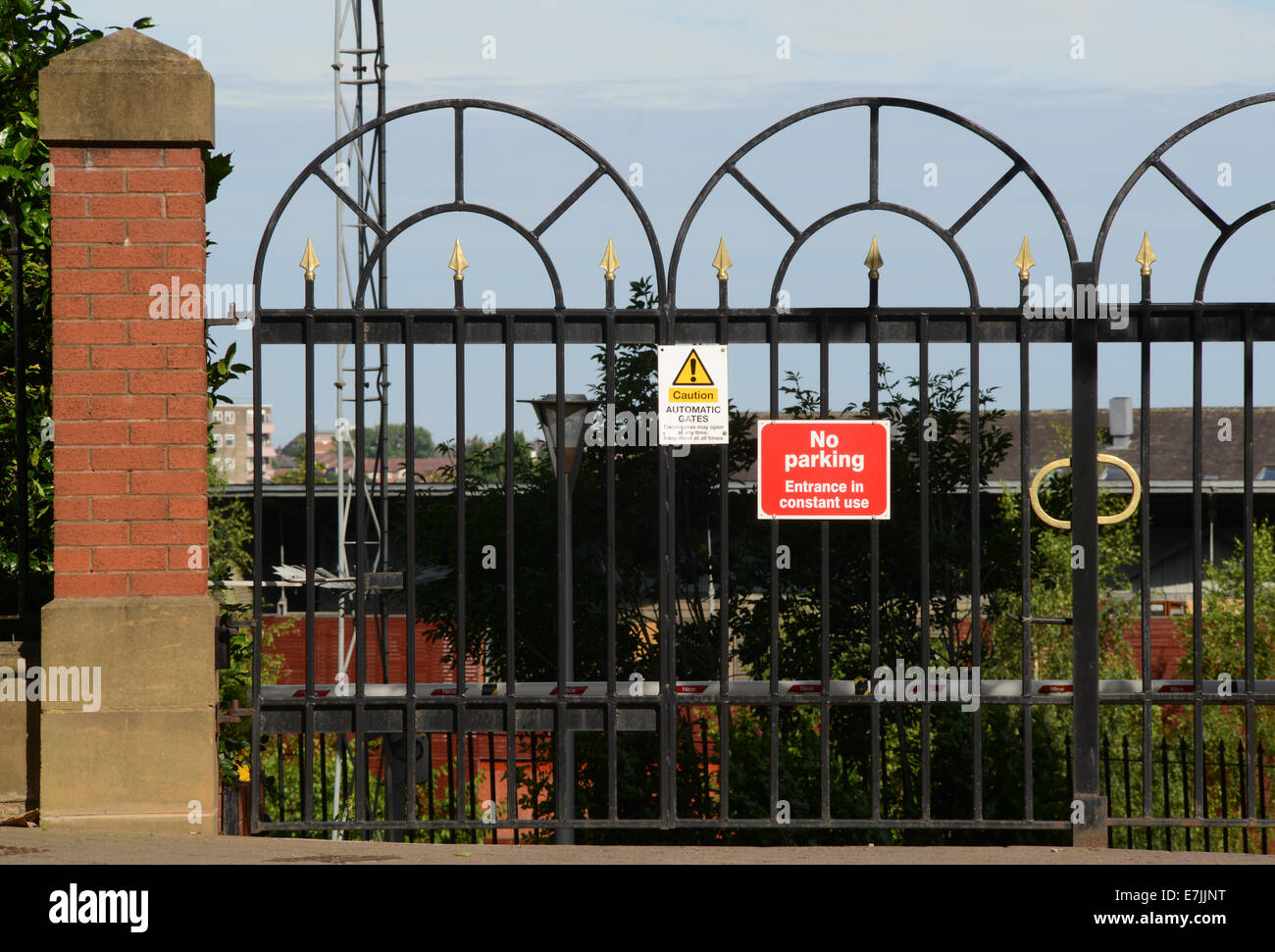 https://c8.alamy.com/comp/E7JJNT/no-parking-notice-in-front-of-locked-gates-to-offices-and-apartments-E7JJNT.jpg
