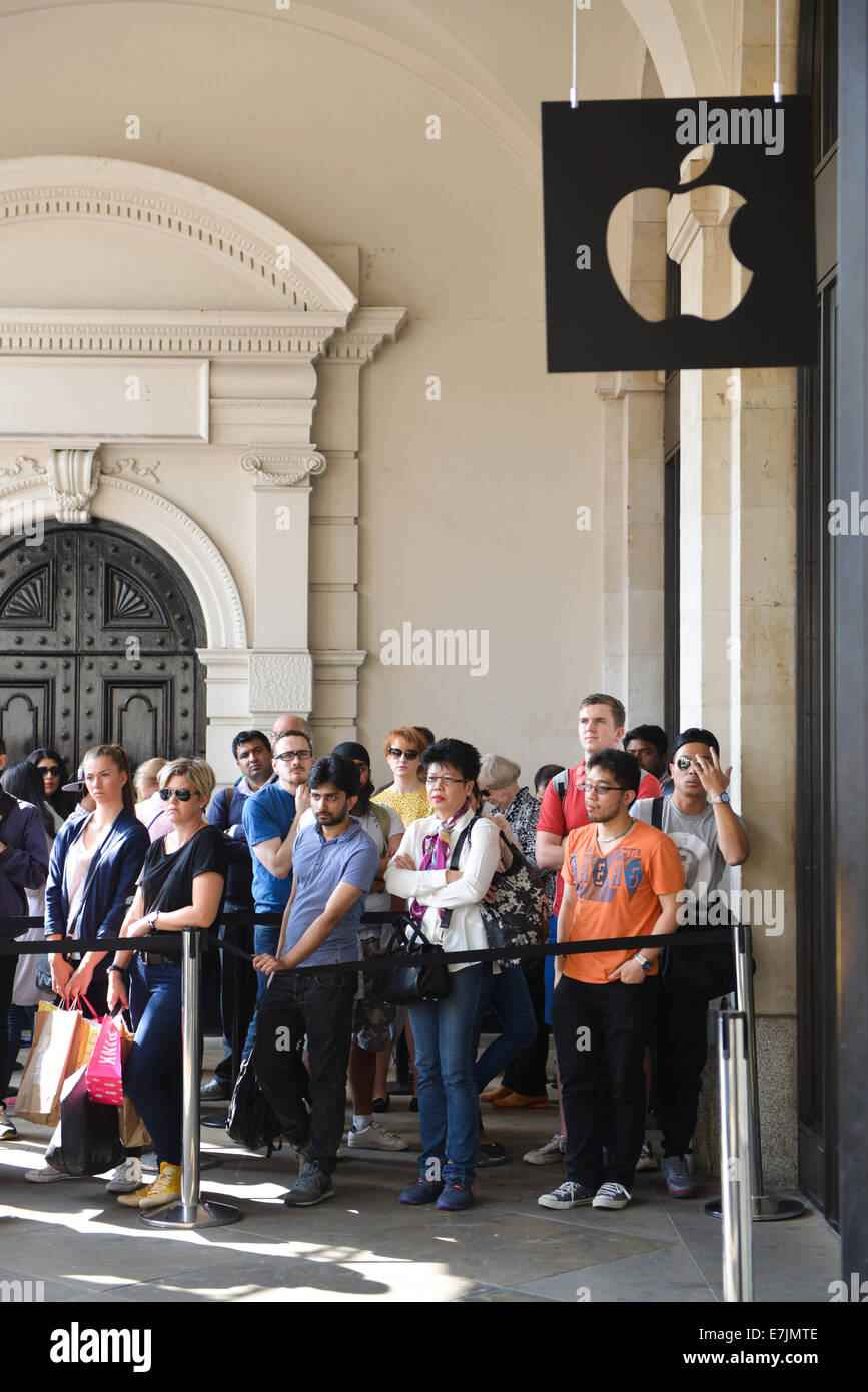 Covent Garden, London, UK. 19th September 2014. A very large queue waits outside the Apple Store in Covent Garden Stock Photo
