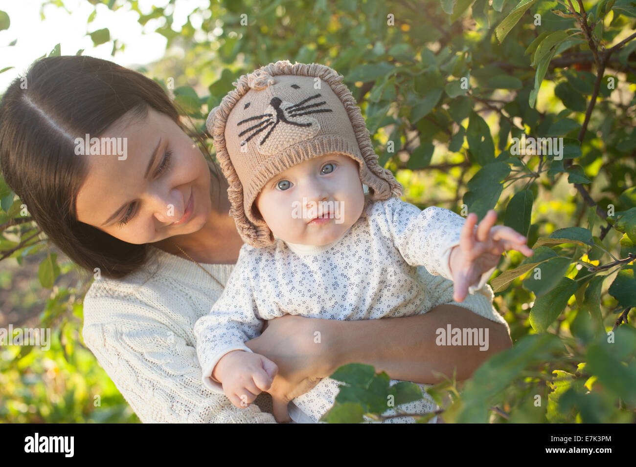 Mother and child in garden - Stock Image