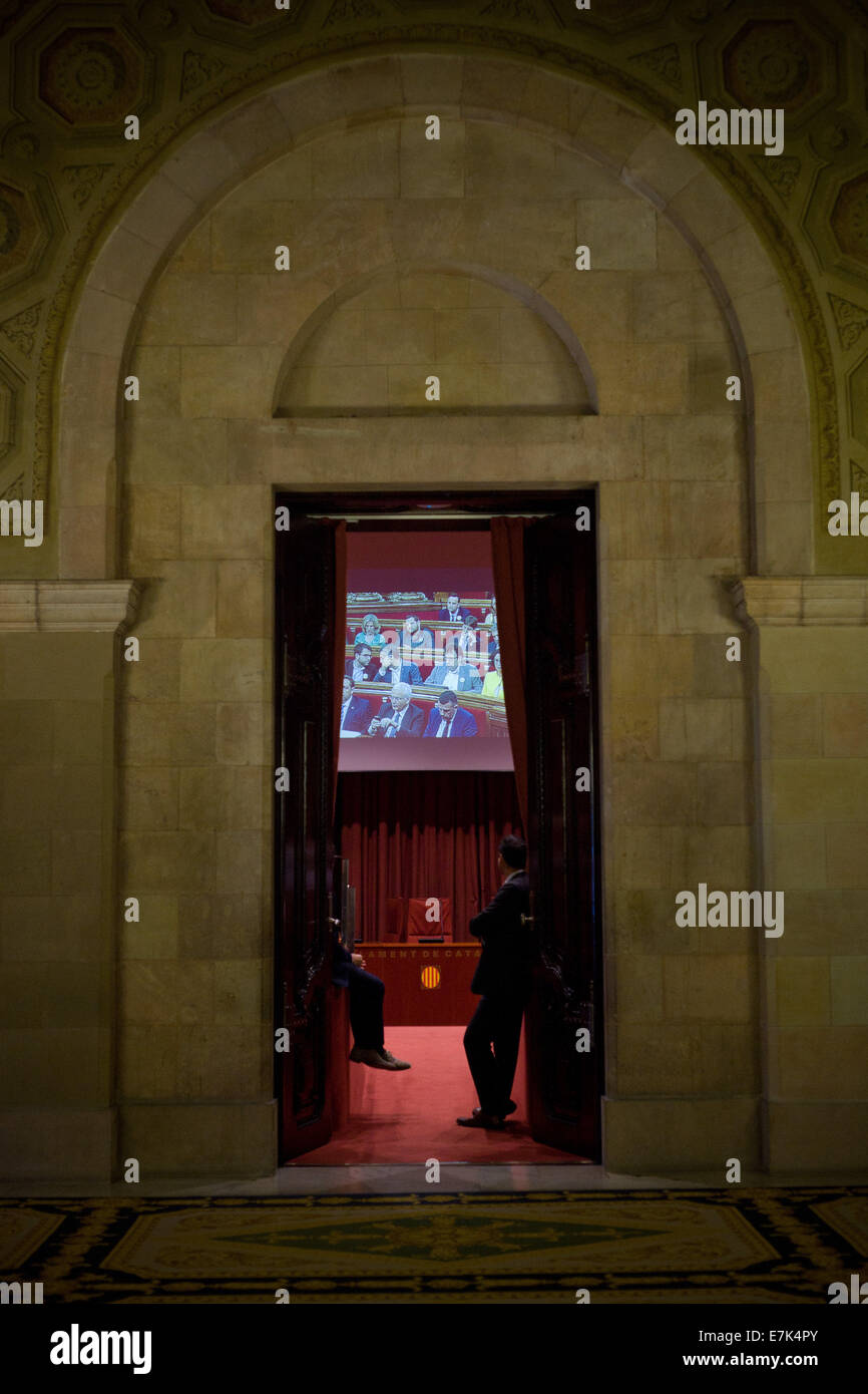 Barcelona, Catalonia, Spain. 19th Sep, 2014. Workers of the the Catalan Parliament look the debate of the referendum - Stock Image
