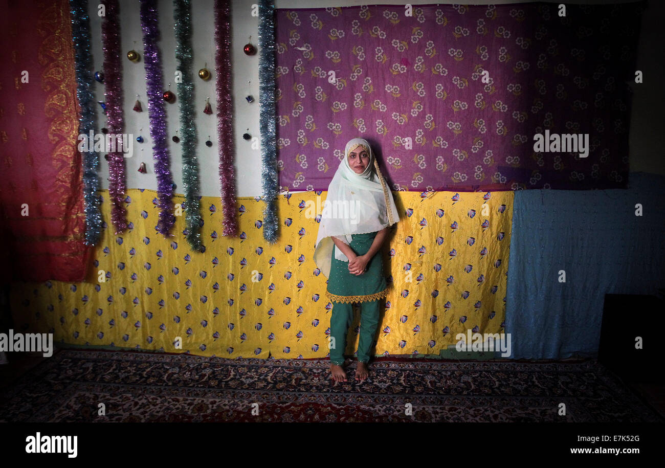Hormoz Island. 19th Sep, 2014. Iranian bride Fariba poses for a photo before her wedding ceremony on the Hormoz - Stock Image