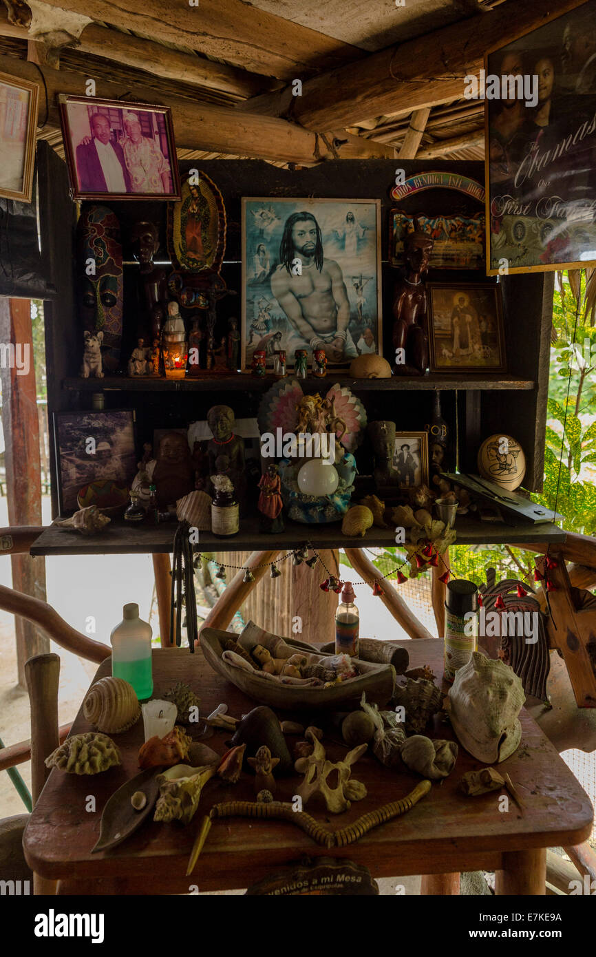 Altar in a shop. Los Siete Altares Paraje Quehueche Lívingston Guatemala - Stock Image