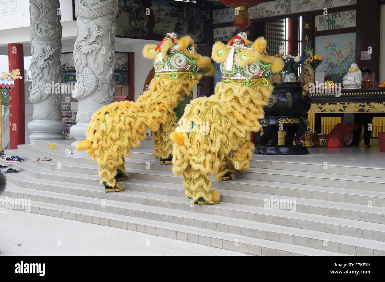 lion dance troupe praying - Stock Image
