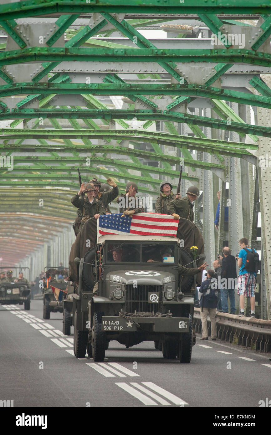 Grave, Netherlands. 20th September, 2014.  350 historic vehicles crossing the bridge over the river Meuse at Grave, - Stock Image