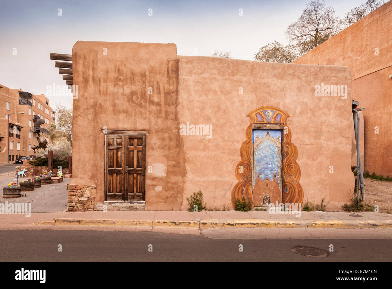 A traditional adobe house in Santa Fe, New Mexico. - Stock Image