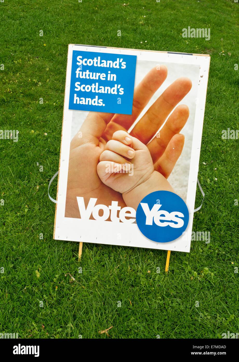 SCOTTISH INDEPENDENCE REFERENDUM 2014 VOTE YES SIGN SCOTLANDS FUTURE IN SCOTLANDS HANDS Stock Photo