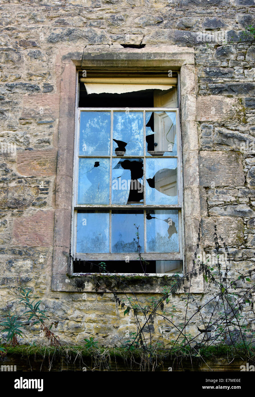Broken window. Eastend House, Carmichael Estate, South Lanarkshire, Scotland, United Kingdom, Europe. - Stock Image