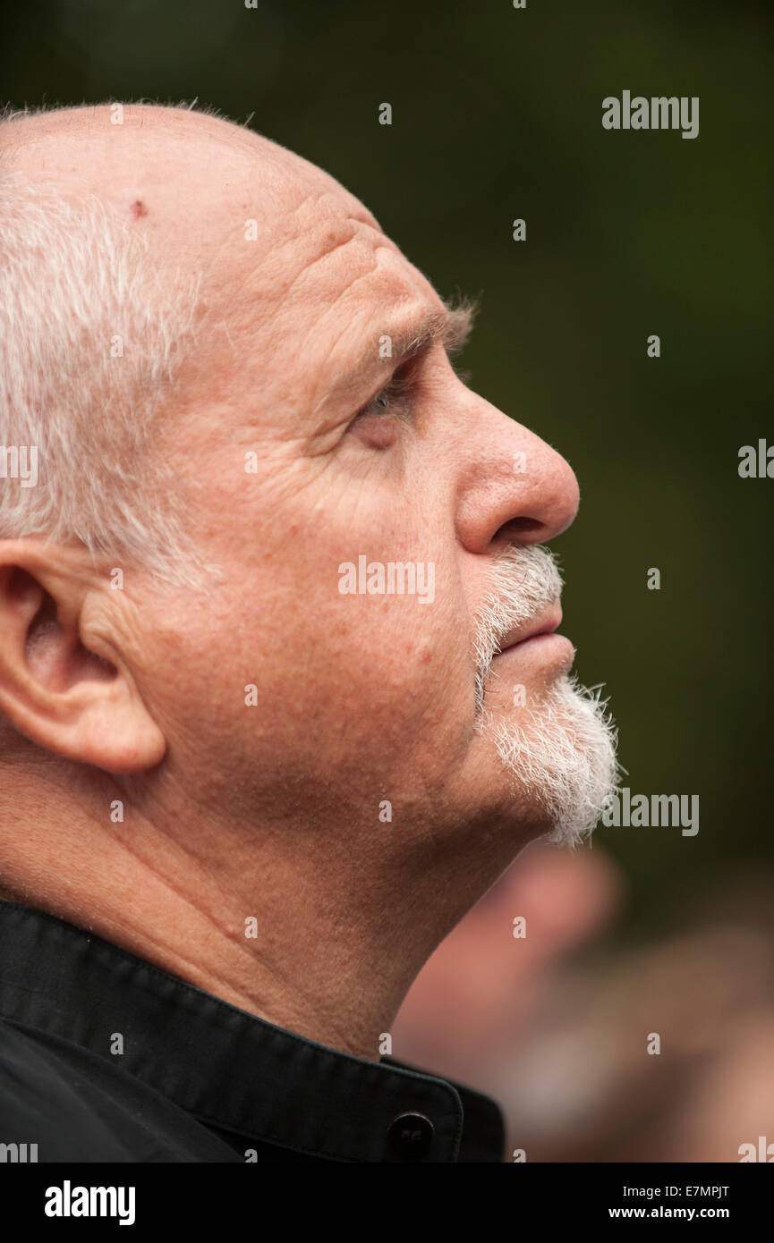 Musician Peter Gabriel looks up at the speakers during the Climate Change demonstration, London, 21st September - Stock Image