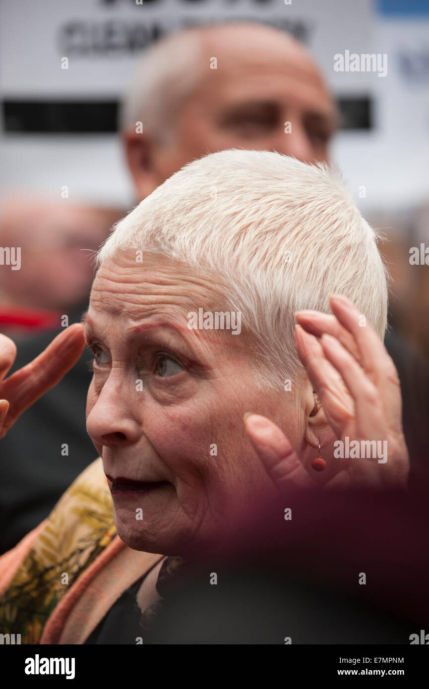 London, UK. 21st Sep, 2014. Vivienne Westwood explains her worries at the Climate Change demonstration, London, - Stock Image