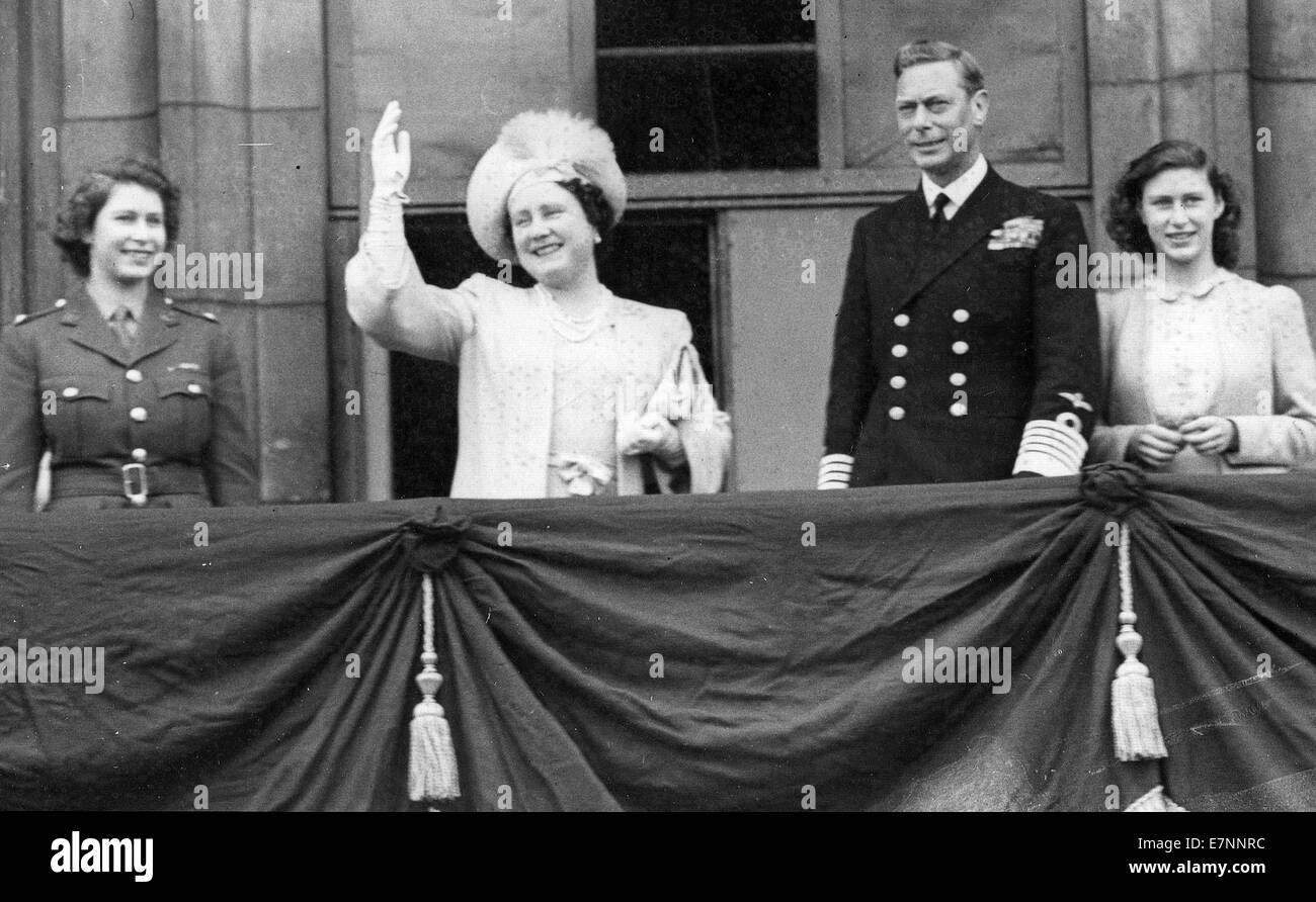 Princess Elizabeth in ATS uniform, Queen Elizabeth, King George, Princess Margaret  at the end of WW11 victory celebrations - Stock Image
