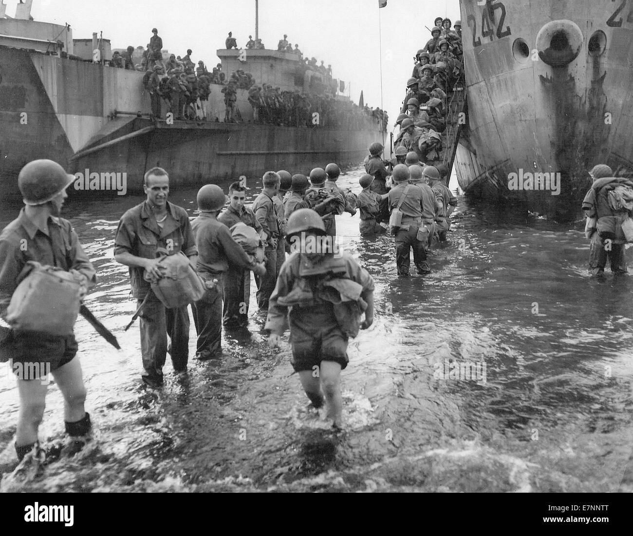 American army nurses come ashore on the Normandy beachead. France 1944 - Stock Image