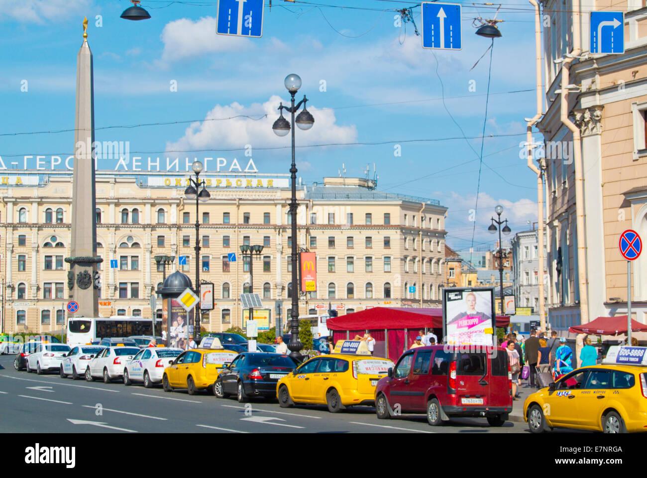 Traffic at Ploshchad' Vosstaniya, corner of Nevsky Prospekt, Saint Petersburg, Russia, Europe - Stock Image