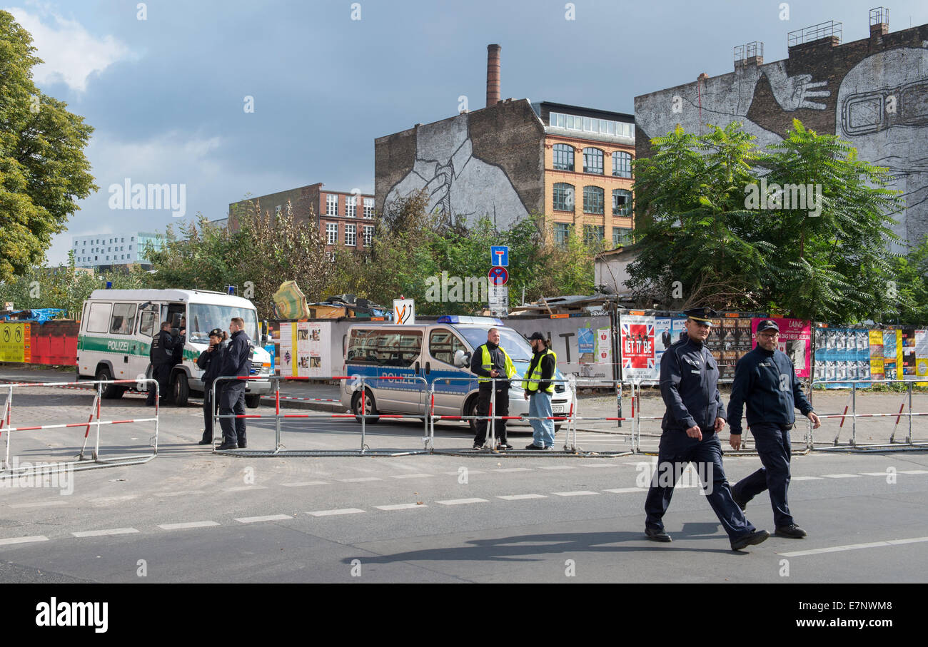 Berlin, Germany. 22nd Sep, 2014. Police officers have cordoned off the urban premises known as the Cuvry-Brache - Stock Image