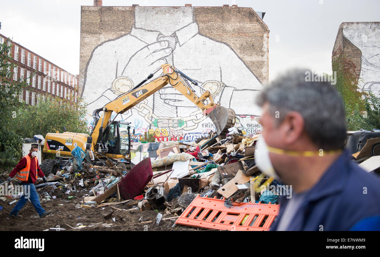 Berlin, Germany. 22nd Sep, 2014. An excavator demolishes makeshift huts on the urban premises known as the Cuvry - Stock Image