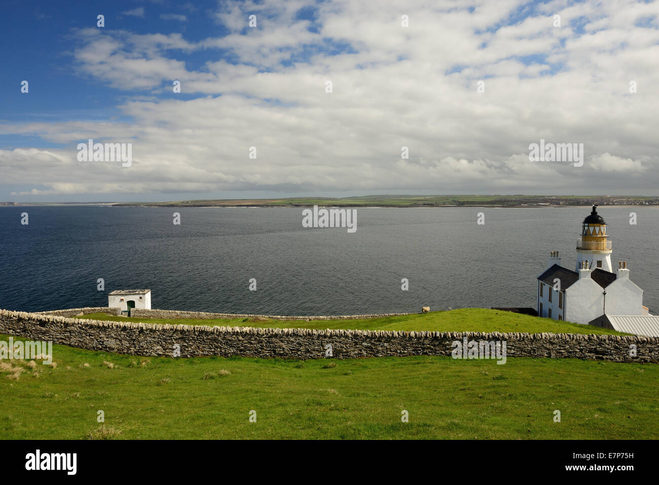 Holborn Head lighthouse, overlooking Thurso and Thurso Bay, Caithness, Scotland. - Stock Image