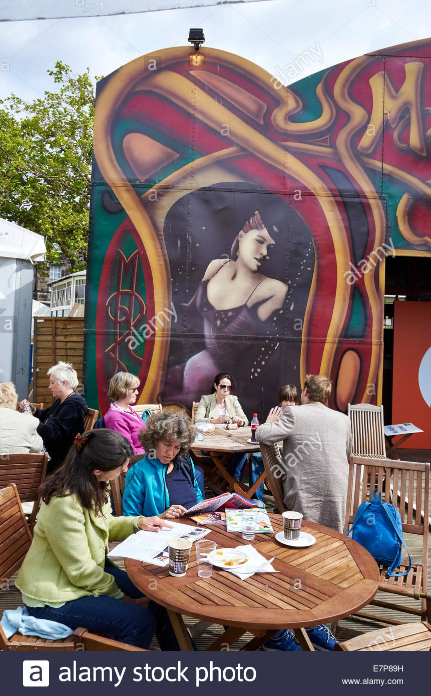 People sitting in the garden with The Albert Memorial in Edinburgh International book festival in Charlotte Square - Stock Image