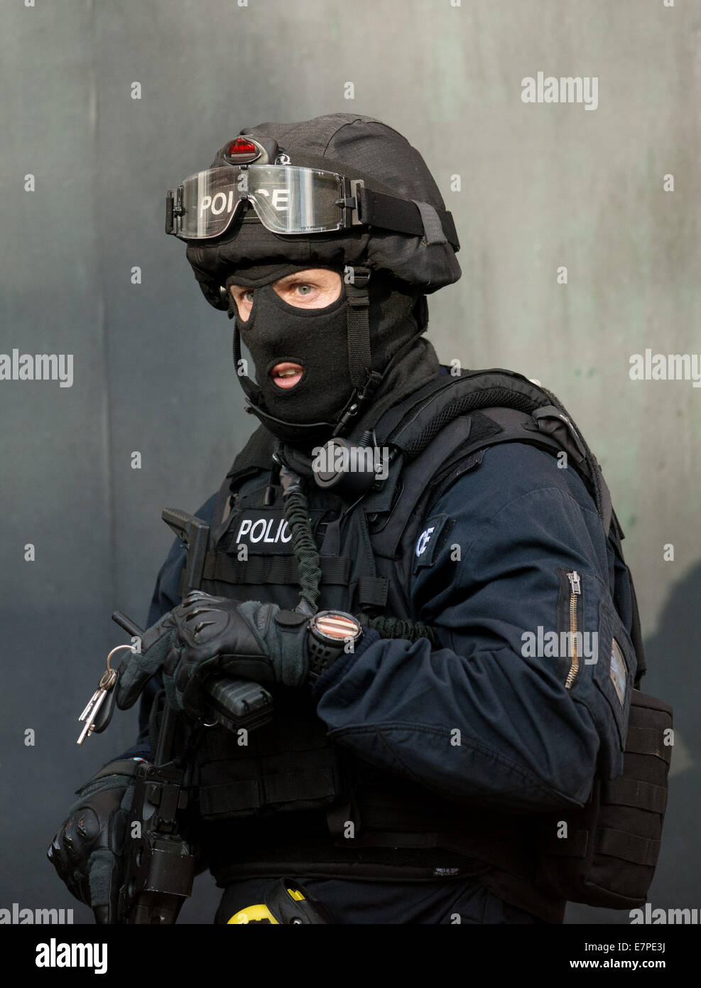 Glasgow, UK. 22nd Sep, 2014. Specialist Firearms officers from the Tactical Firearms Unit attend a siege in Boyd - Stock Image