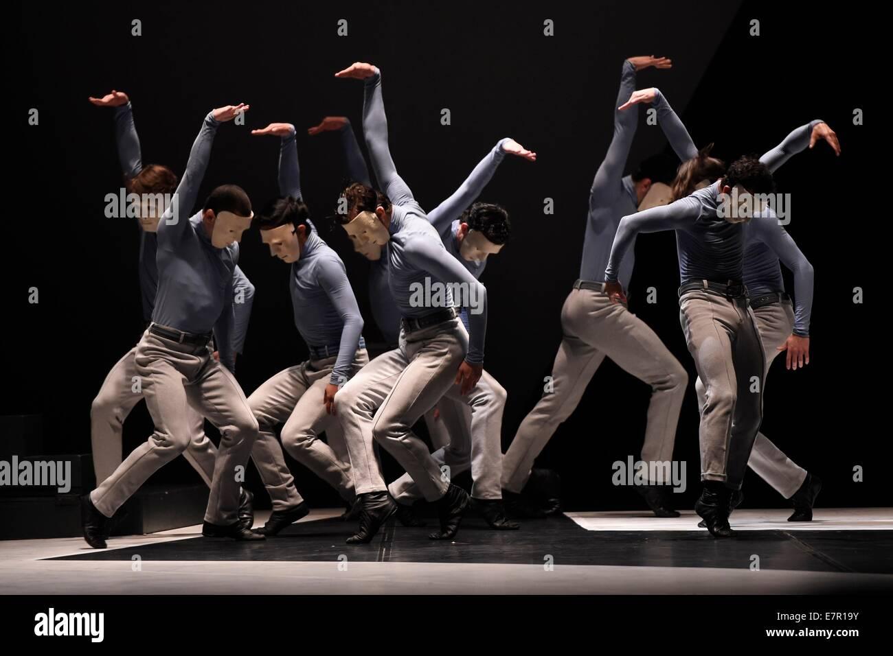 Montevideo, Uruguay. 22nd Sep, 2014. Dancers of Deborah Colker's Troupe perform during the dance show 'Belle', - Stock Image