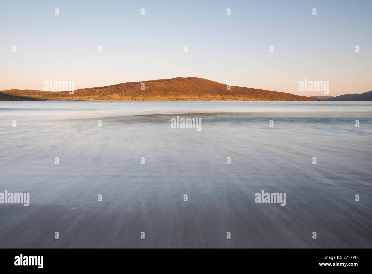View across to sunlit Taransay from Luskentyre beach, Isle of Harris, Outer Hebrides, Scotland - Stock Image