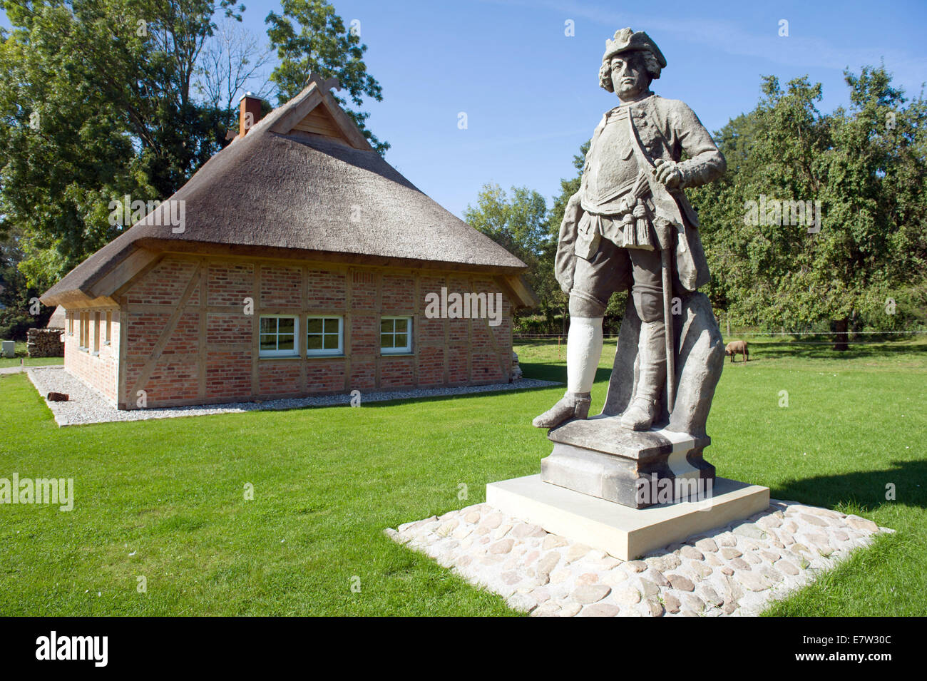 Gross Stresow, Germany. 17th Sep, 2014. The sculpture of Prussian King Friedrich Wilhelm I in front of the traitor's - Stock Image