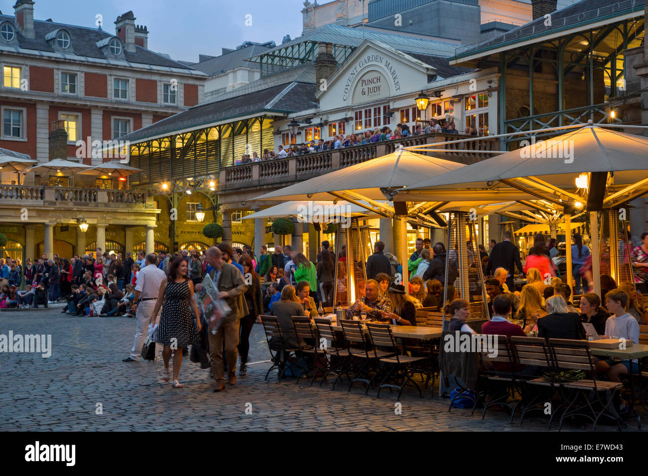 Evening at the restaurants and shops of Covent Garden ...