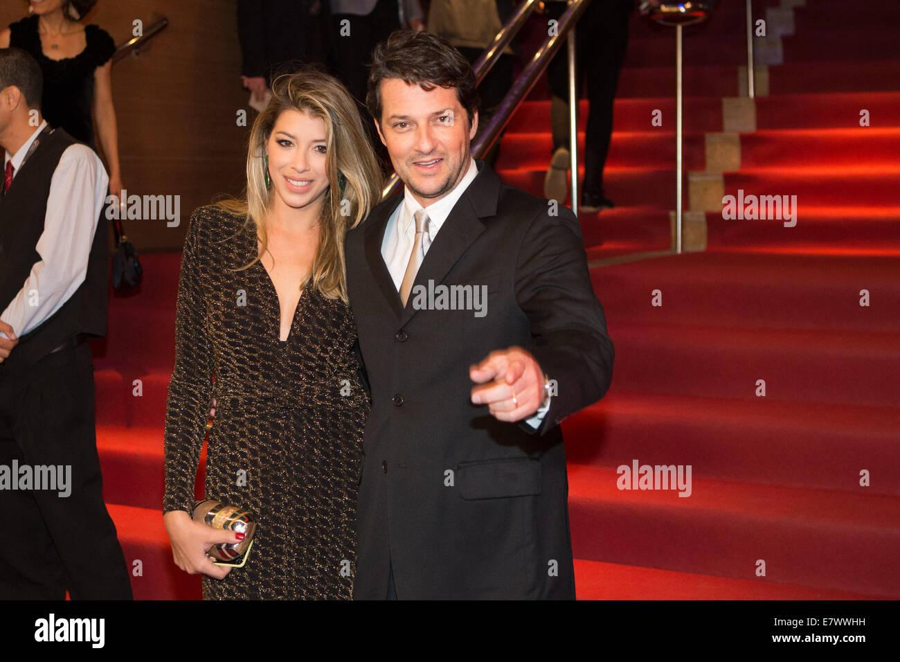 Rio De Janeiro, Brazil. 24th Sep, 2014. Brazilian actor Marcelo Serrado and his wife Roberta Fernandes on the red - Stock Image