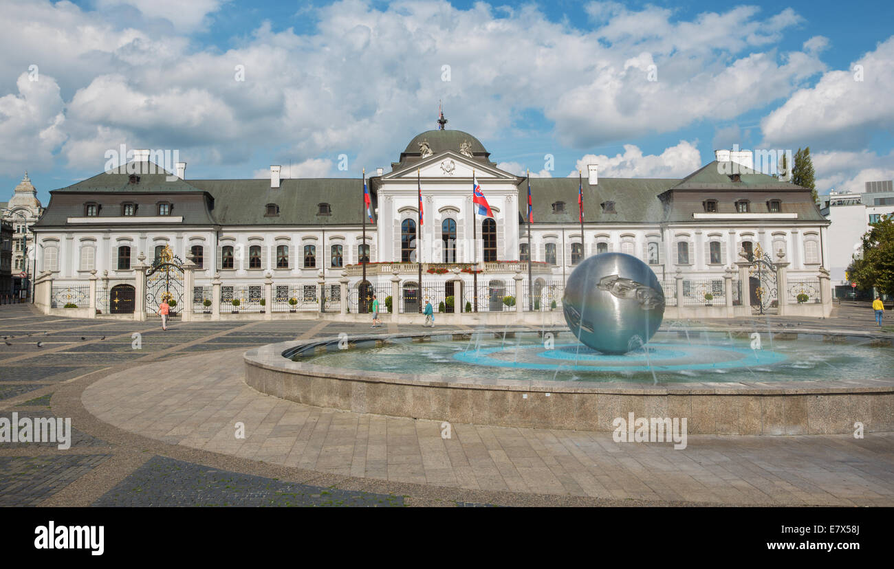 BRATISLAVA, SLOVAKIA - SEPTEMBER 21, 2014: The Presidents (or Grasalkovic) palace and fountain 'Youth' by - Stock Image
