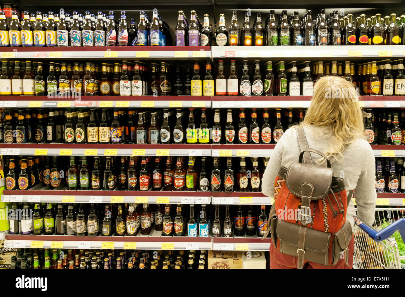 Tesco 73719213 Buying Supermarket Shopping Alamy Bottled For Blonde - Beer Photo Woman Stock