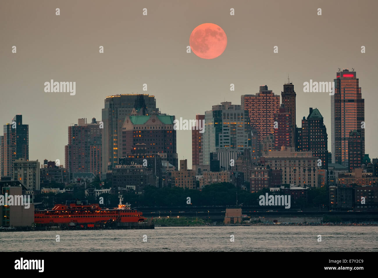 Super Moon and downtown buildings in Brooklyn Stock Photo