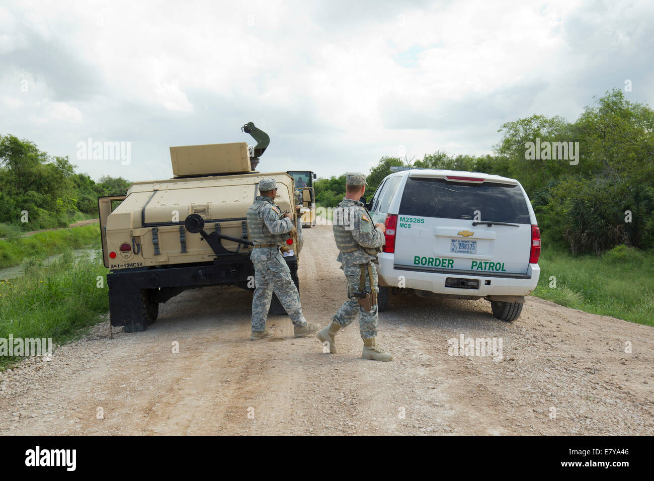 Hidalgo County, TX, USA. 26th September, 2014.  National Guard troops do a shift change on the Rio Grande levee - Stock Image