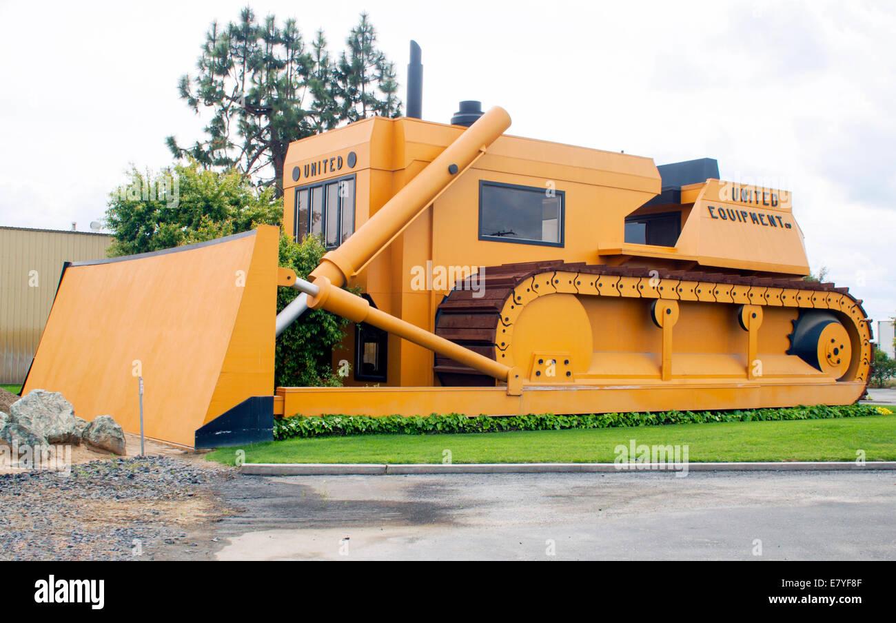 Bulldozer shaped building in Turlock California - Stock Image