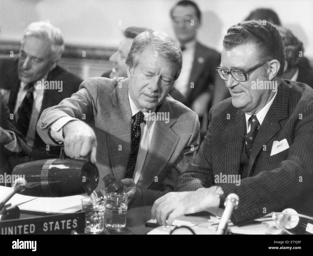 London, UK, UK. 10th May, 1977. U.S. President JIMMY CARTER pours water for U.S. Permanent Representative to NATO Stock Photo