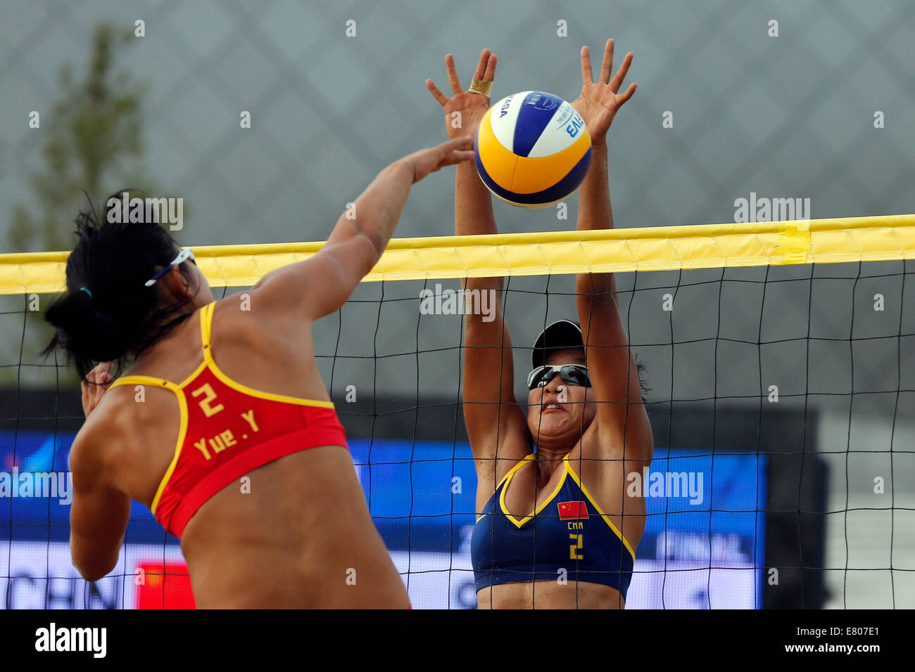 Incheon, South Korea. 27th Sep, 2014. Xia Xinyi (R) of China blocks the ball during the women's semifinal match - Stock Image