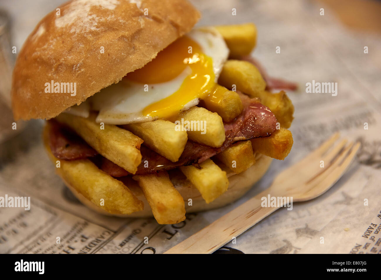 EGG AND CHIP BUTTY SANDWICH BREAD ROLL - Stock Image