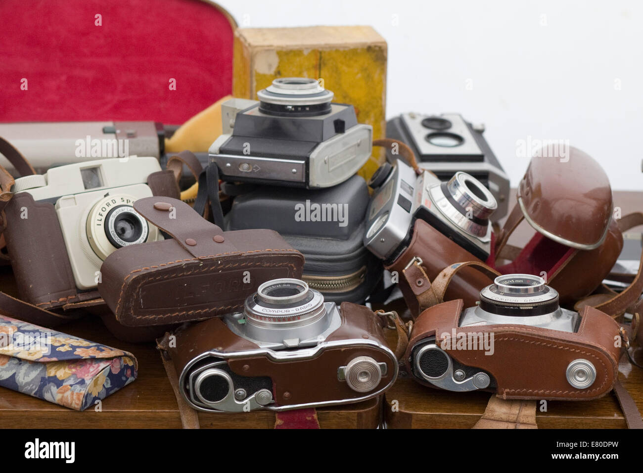 Collection of vintage cameras on a table - Stock Image