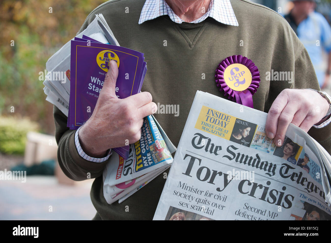 Birmingham, West Midlands, 28th September, 2014.  Brian Buxton holds up The Telegraph front page. Mike Green (L) - Stock Image