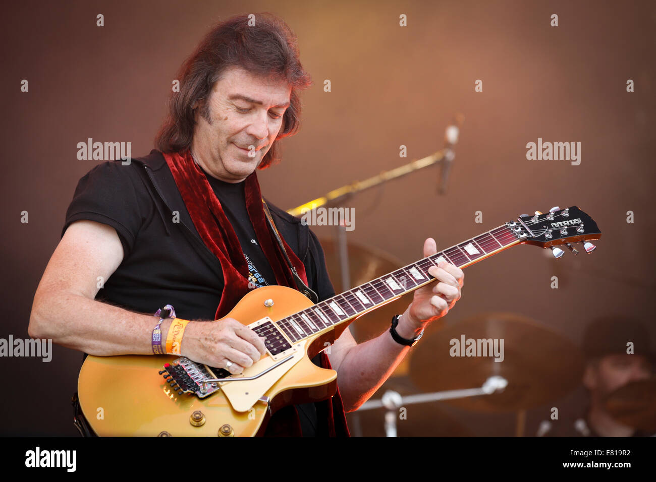 Steve Hackett, former lead guitarist with Genesis, playing guitar at Fairport's Cropredy Festival - Stock Image