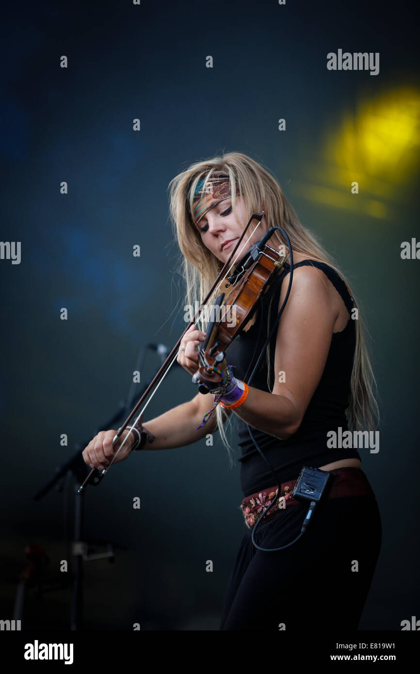 Laura Boston-Barber of Blackbeard's Tea Party plays fiddle on stage at Fairport Convention's Cropredy festival - Stock Image