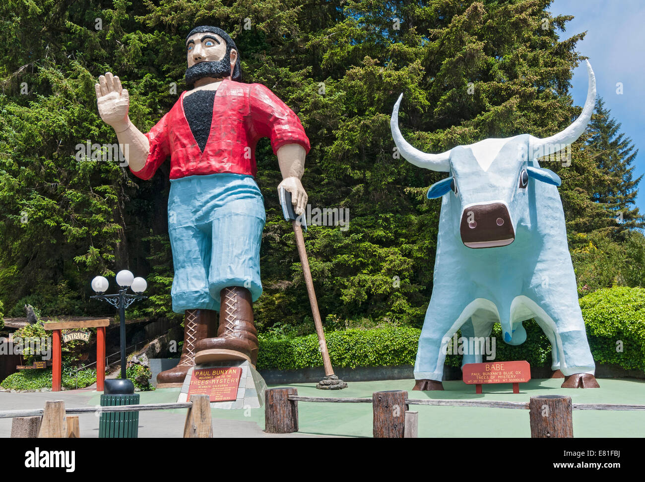 California, Klamath, Trees of Mystery, sculpture of Paul Bunyan and his blue ox 'Babe' - Stock Image