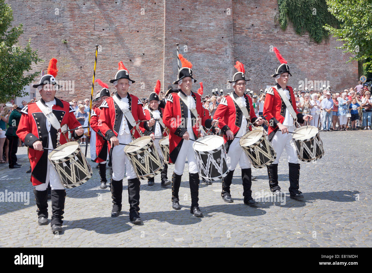 Marching band wearing the uniforms of the Ulm town soldiers, Fischerstechen or water jousting festival, Ulm, Baden - Stock Image