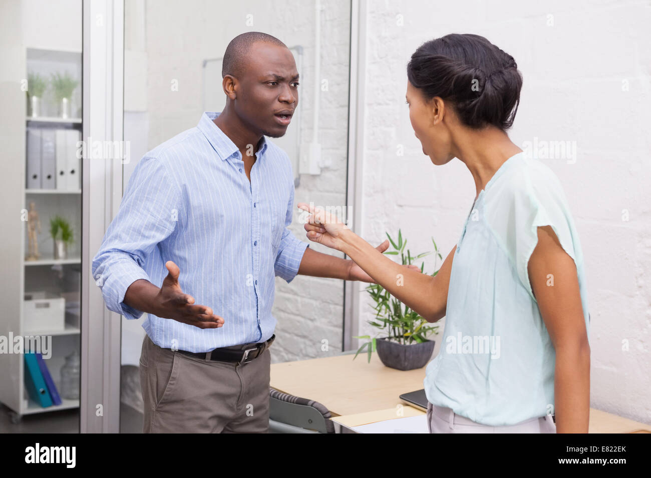 Casual business partners having an argument - Stock Image